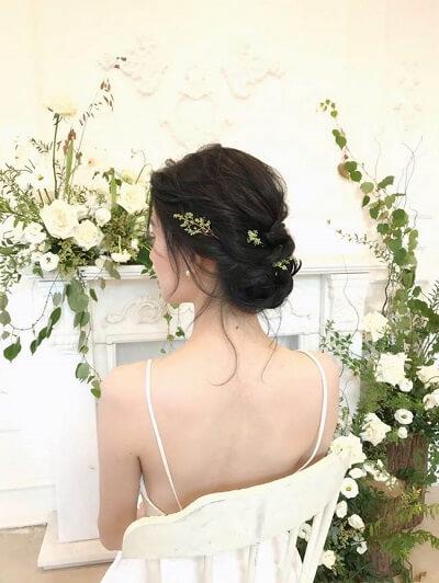 Tóc tết thác nước được búi gọn sau đầu bỗng trở nên đầy duyên dáng, thơ mộng với phụ kiện tóc là cành hoa nhỏ xinh.