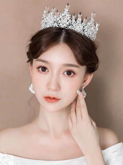 Tóc búi cổ điển với chiếc vương miện giúp cô dâu hóa nàng công chúa trong ngày cưới