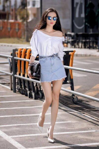 Phối chân váy ngắn với áo trễ vai quyến rũ - Ảnh 3