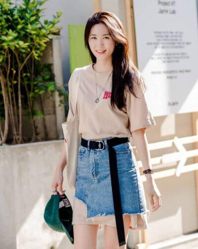 Phối chân váy ngắn với áo thun - Ảnh 2