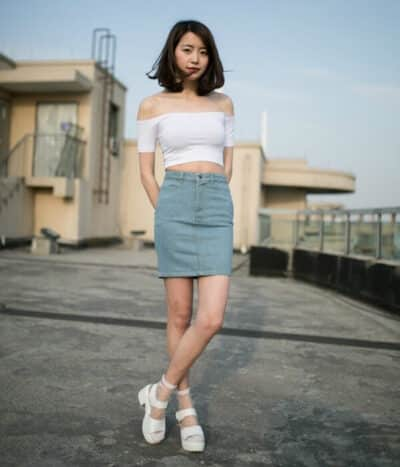 Mix chân váy ngắn với áo croptop sành điệu - Ảnh 1